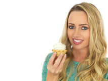 Giovane donna che mangia mince pie con crema Immagini Stock