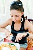 Giovane donna che mangia patata Fotografie Stock
