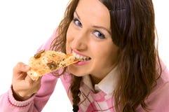 Giovane donna che mangia pizza Fotografia Stock