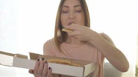 Giovane donna che mangia pizza appetitosa Alimento di caloria video d archivio
