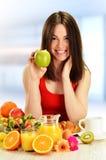 Giovane donna che mangia prima colazione Immagini Stock