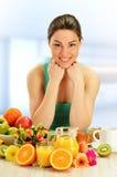 Giovane donna che mangia prima colazione Fotografie Stock Libere da Diritti