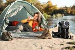 Giovane donna che mangia prima colazione in sacco a pelo dentro fotografia stock libera da diritti