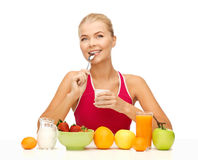 Giovane donna che mangia prima colazione sana Immagine Stock Libera da Diritti