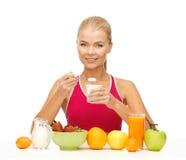 Giovane donna che mangia prima colazione sana Fotografia Stock Libera da Diritti