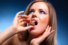 Giovane donna che mangia ritratto dolce Immagini Stock Libere da Diritti
