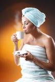 Giovane donna che mangia un caffè di mattina. Immagini Stock Libere da Diritti