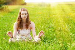 Giovane donna che media alla luce solare Fotografia Stock