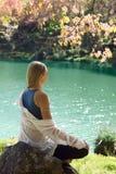 Giovane donna che medita dall'acqua Fotografia Stock Libera da Diritti