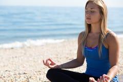 Giovane donna che meditating Fotografia Stock