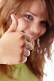 Giovane donna che mostra BENE Immagini Stock