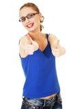 Giovane donna che mostra BENE. Immagini Stock Libere da Diritti