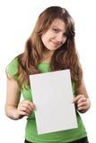 Giovane donna che mostra cartello in bianco bianco fotografia stock