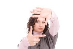 Giovane donna che mostra gesto di mano d'inquadramento Fotografia Stock