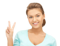 Giovane donna che mostra il segno di pace o di vittoria Fotografia Stock