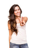 Giovane donna che mostra il segno di vittoria o di pace Immagine Stock Libera da Diritti