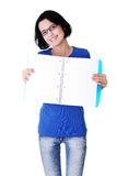 Giovane donna che mostra le pagine in bianco del suo taccuino Immagini Stock Libere da Diritti