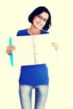 Giovane donna che mostra le pagine in bianco del suo taccuino Fotografie Stock Libere da Diritti