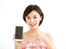 Giovane donna che mostra lo Smart Phone fotografia stock libera da diritti
