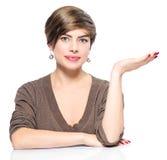 Giovane donna che mostra lo spazio vuoto della copia Fotografie Stock