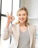 Giovane donna che mostra segno giusto Fotografie Stock
