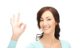 Giovane donna che mostra segno giusto Immagini Stock