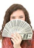 Giovane donna che mostra soldi Immagine Stock