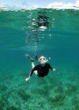 Giovane donna che naviga usando una presa d'aria Immagini Stock