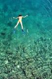 Giovane donna che naviga usando una presa d'aria Immagini Stock Libere da Diritti