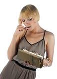 Giovane donna che osserva in borsa Immagine Stock Libera da Diritti