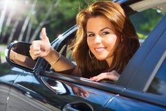Giovane donna che osserva dall'automobile Fotografia Stock