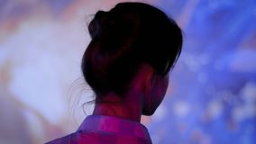 Giovane donna che osserva intorno la mostra immersive moderna stock footage