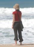 Giovane donna che osserva l'oceano Immagine Stock Libera da Diritti