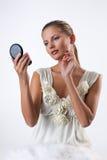 Giovane donna che osserva nello specchio fotografia stock libera da diritti