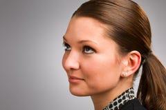 Giovane donna che osserva in su Fotografia Stock