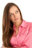 Giovane donna che osserva via Fotografia Stock