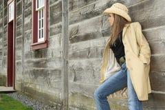 Giovane donna che osserva via. Fotografia Stock Libera da Diritti