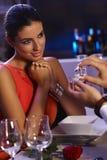 Giovane donna che ottiene anello di fidanzamento Immagini Stock