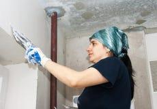 Giovane donna che ottiene la parete del gesso Fotografie Stock Libere da Diritti