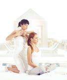 Giovane donna che ottiene massaggio d'allungamento tailandese tradizionale dal thera Immagine Stock