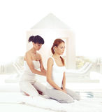 Giovane donna che ottiene massaggio d'allungamento tailandese tradizionale dal thera Immagini Stock