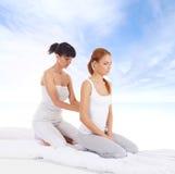 Giovane donna che ottiene massaggio d'allungamento tailandese tradizionale dal thera Fotografia Stock