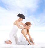 Giovane donna che ottiene massaggio d'allungamento tailandese tradizionale dal thera Fotografia Stock Libera da Diritti