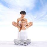 Giovane donna che ottiene massaggio d'allungamento tailandese tradizionale dal thera Fotografie Stock Libere da Diritti