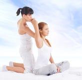 Giovane donna che ottiene massaggio d'allungamento tailandese tradizionale dal thera Fotografie Stock
