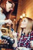 Giovane donna che paga Bill By Credit Card Immagini Stock Libere da Diritti