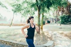Giovane donna che pareggia al parco Fotografie Stock Libere da Diritti