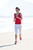 Giovane donna che pareggia sulla spiaggia Fotografia Stock
