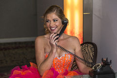 Giovane donna che parla su un telefono e su un sorridere Fotografie Stock