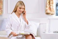 Giovane donna che parla sul telefono Fotografie Stock